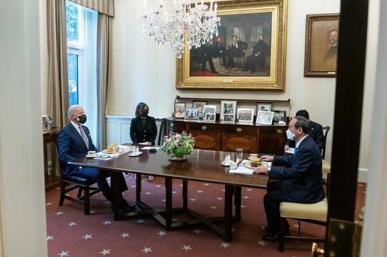 지난 16일(현지시간) 조 바이든 미국 대통령(왼쪽)과 스가 요시히데 일본 총리가 미국 워싱턴 백악관에서 점심으로 햄버거를 먹으며 약 20분 간 회담했다. 조 바이든 미국 대통령 트위터(@POTUS)에 올라온 사진이다. 트위터 캡처