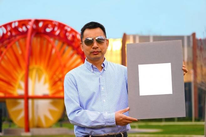 슈린 루안 교수가 울트라 화이트 페인트로 칠한 도장면을 보여주고 있다.(사진=슈린 루안/퍼듀대)