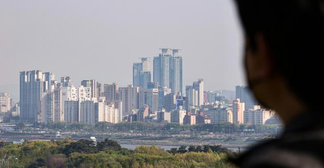 서울 성동구 응봉산에서 바라본 강남구 청담동 일대 아파트 단지의 모습. /연합뉴스