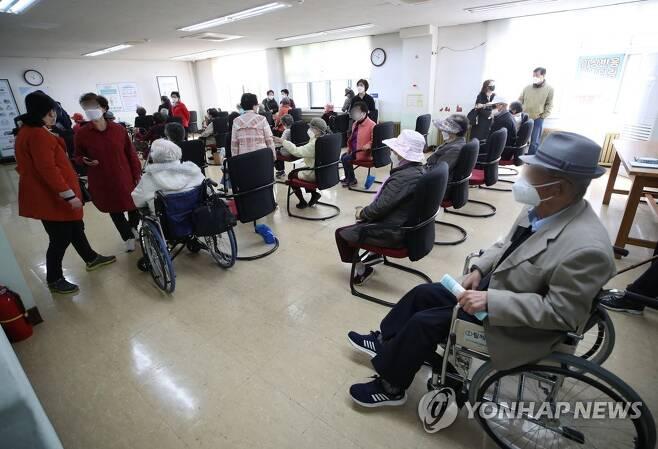 백신 접종 후 대기하는 어르신들 [연합뉴스 자료사진]