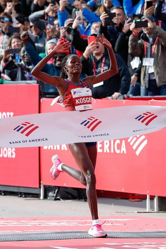 2019년 시카고 마라톤에서 케냐의 여성 마라토너 브리지드 코스게이는 '베이퍼플라이'를 신고 대회 기록을 90초 가까이 단축할 수 있었다.