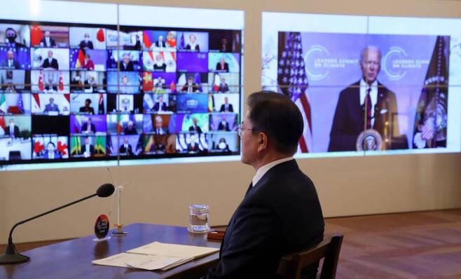 [서울=뉴시스]박영태 기자 = 문재인 대통령이 22일 청와대 상춘재에서 화상으로 열린 기후정상회의에 참석해 조 바이든 미국 대통령의 모두발언을 듣고 있다. 2021.04.22. since1999@newsis.com