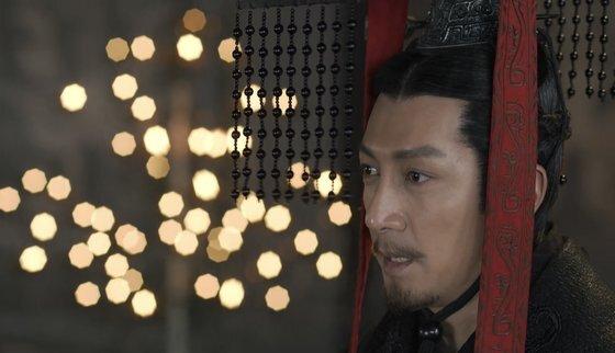중국 드라마 '대진부'에서 진왕 영정이 종친들에게 '간축객서'를 읽히고 있다. [텅쉰스핀 캡처]