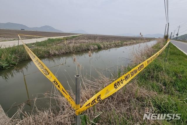 [인천=뉴시스] 김동영 기자 = 21일 오후 인천 강화군 삼산면에서 숨진 여성이 발견된 농수로. 2021. 4.22. dy0121@newsis.com