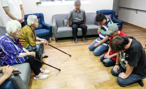 A씨 등 3명은 24일 오후 3시 나눔의집을 방문해 할머니들 앞에서 일제히 무릎 꿇고 고개를 숙였다.                                  연합뉴스