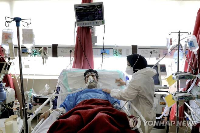 산소 호흡기 치료 받는 이란의 코로나19 환자 [AP=연합뉴스]