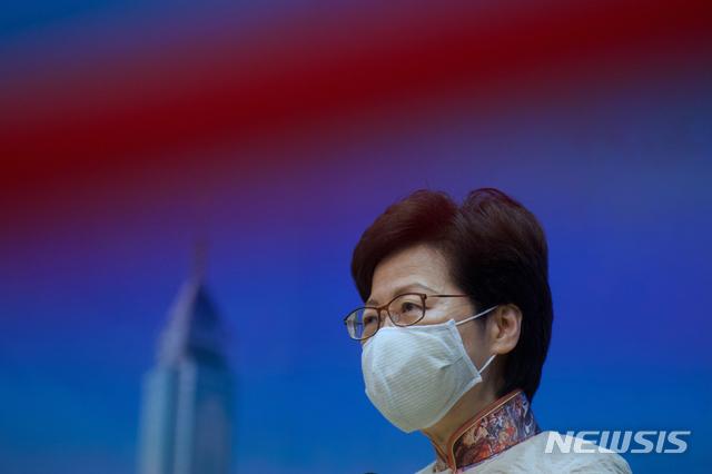 [홍콩=AP/뉴시스]캐리 람 홍콩 행정장관이 13일 홍콩에서 열린 정례 기자회견 중 기자들의 질문을 듣고 있다. 람 장관은 홍콩의 코로나19 대처상황과 싱가포르와의 자유로운 여행을 허용하는 '트래블 버블' 등을 언급한 것으로 전해졌다. 2021.04.13.
