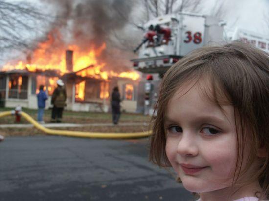 16년 전 미국 노스캐롤라이나주(州) 주택가 화재 현장에서 찍힌 사진으로, 한 소녀의 미묘한 웃음이 담겨있다. [사진제공=NYT]