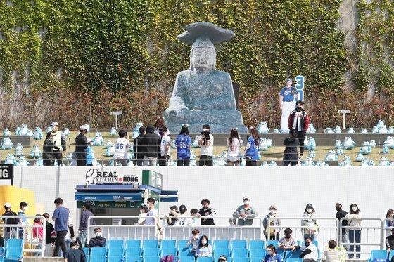 2일 대구삼성라이온즈파크 외야 잔디석에 설치된 돌부처상에서 기념 사진을 찍는 관중. 사진=삼성 제공