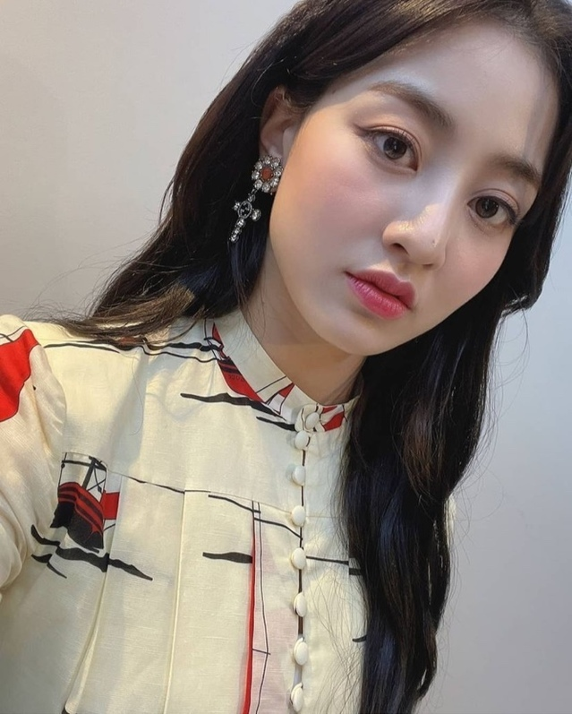 On the 3rd, Jihyo posted two photos on the official Instagram account of TWICE with an article entitled Lets run on Monday!In the open photo, Jihyo matched his earrings with a long wave hairstyle, creating an elegant atmosphere.Meanwhile, TWICE will release its eighth Japanese single Kura Kura (Kura Kura) on the 12th.sympathy mediac sympathy media carrier
