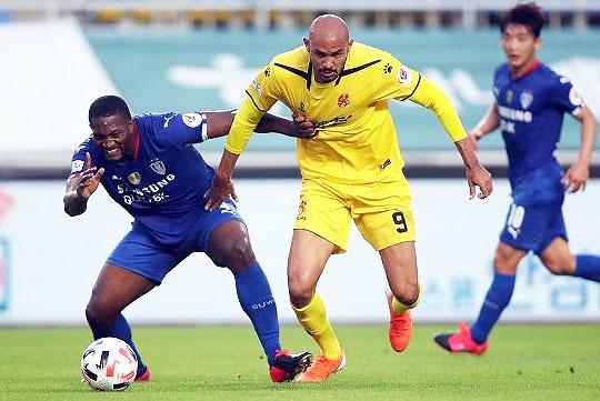 광주 FC 주전 스트라이커 펠리페(사진 오른쪽)(사진=한국프로축구연맹)