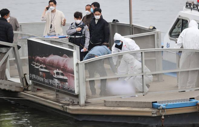 지난달 30일 오후 서울 반포한강공원 인근에서 구조대원들이 실종 엿새 만에 숨진 채 발견된 의대생 손정민(22)씨의 시신을 수습하고 있다. 연합뉴스