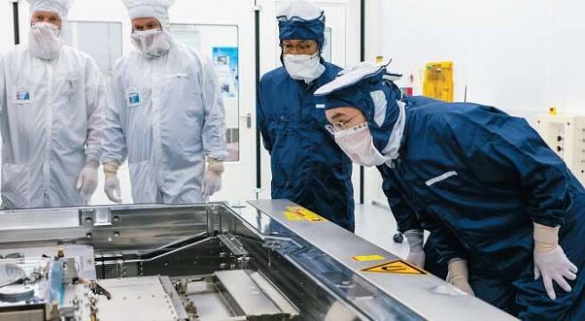 반도체 장비 확보 위해 네덜란드 날아갔던 이재용 - 지난해 10월 이재용(맨 오른쪽) 삼성전자 부회장이 네덜란드 에인트호번에 있는 반도체 장비업체 ASML의 본사를 찾아 EUV(극자외선) 노광기를 살펴보고 있다. 극자외선을 이용해 초미세 반도체 회로를 구현하는 이 장비는 전 세계에서 오직 ASML만 만드는 장비다. 이 EUV 노광기를 확보하기 위해 글로벌 반도체 업체들이 사활을 건 경쟁을 벌이고 있다. /삼성전자
