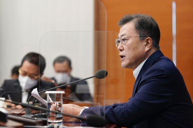 문재인 대통령이 3일 오후 청와대 여민관에서 열린 '제2차 코로나19 대응 특별방역점검회의'를 주재하고 있다. ⓒ청와대