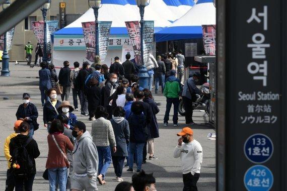 코로나19 신규 확진자가 676명 발생한 5일 오전 서울역 광장에 마련된 임시 선별검사소를 찾은 시민들이 검사를 받기 위해 길게 줄지어 서 있다. 사진=서동일 기자