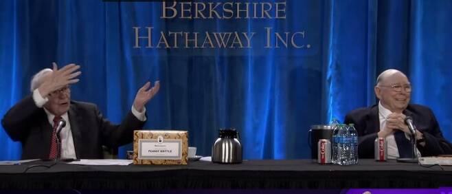 워런 버핏(왼쪽) 버크셔해서웨이 회장이 지난 1일 열린 온라인 주총에서 비트코인에 대한 견해를 묻는 질문에 알듯모를듯 에둘러 답변하자 찰리 멍거 부회장이 웃고 있다. 야후파이낸스 영상 갈무리