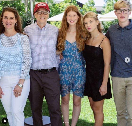 빌 게이츠 가족. 왼쪽부터 멀린다와 빌, 장녀 제니퍼, 막내 피비(19), 아들 로리(22). [제니퍼 인스타그램 캡처]