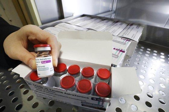 서울의 한 보건소 관계자가 아스트라제네카(AZ)의 코로나19 백신을 들어보이고 있다. 뉴스1