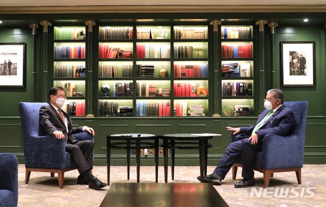[서울=뉴시스]정의용 외교부 장관이 4일(현지 시간) 런던 G7 외교·개발장관회의 참석 계기로 브루나이 외교장관과 회담하고 있다. (사진=외교부 제공) 2021.05.05