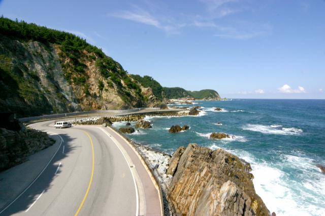 동해안 최고의 드라이브 코스 헌화로는 국내에서 바다와 가장 가까운 해안 도로다. 파도가 치면 도로 위로 바닷물이 쏟아질 정도로 바다와 가깝게 붙어 있다./사진 제공=강릉시