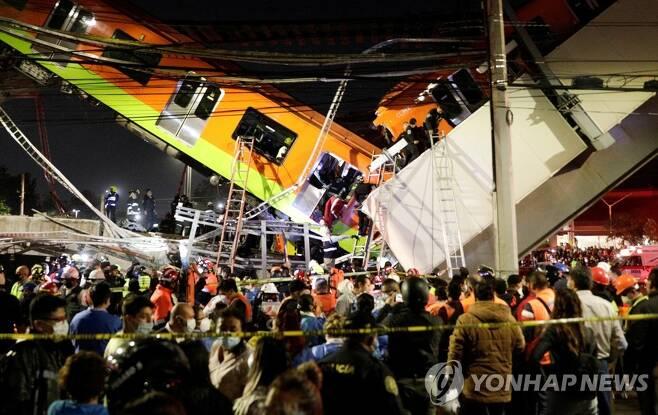 사고 직후 추락 지하철 모습 [로이터=연합뉴스]