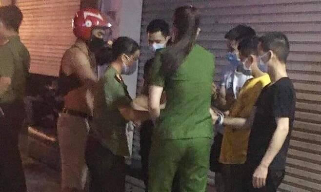 지난 3일 빈푹성에서 중국인 밀입국자들을 단속중인 베트남 공안 [VN익스프레스 캡처. 재판매 및 DB 금지]
