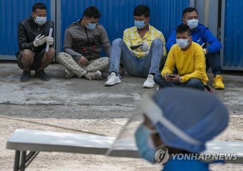 네팔 수도 카트만두에서 코로나19 검사를 기다리는 주민. [AP=연합뉴스]