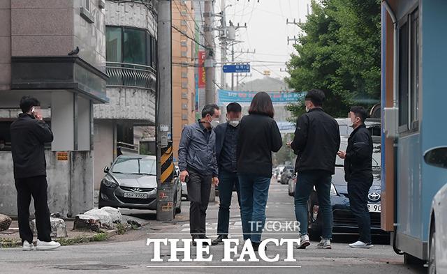 오전 11시 반, 초소 주변으로 모인 사복 경찰들.