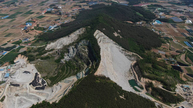 전북 부안 주산이 수직으로 깎여 허연 속살을 드러내고 있다. 부안/박종식 기자 anaki@hani.co.kr