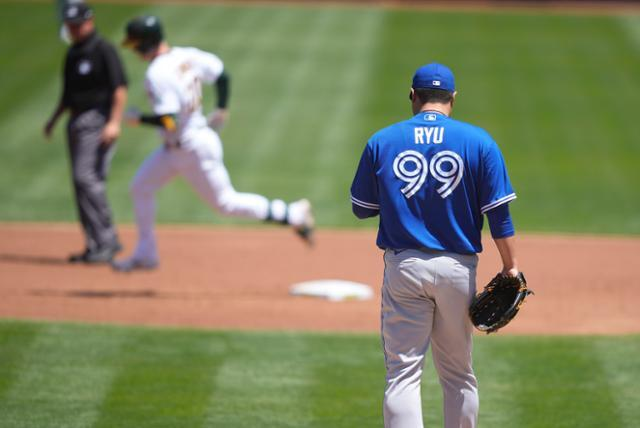토론토 류현진이 7일 미국 캘리포니아주 오클랜드의 오클랜드 콜리세움에서 열린 오클랜드전에서 1회 첫 타자 마크 칸하에게 홈런을 허용한 후 볼을 받아 마운드로 돌아가고 있다. 토론토=AP 연합뉴스