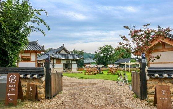 경북 문경시 산양면 현리에 있는 한옥 카페 화수헌의 모습. 20년간 방치되던 고택을 90년대생 다섯이 되살렸다. [사진 리플레이스]