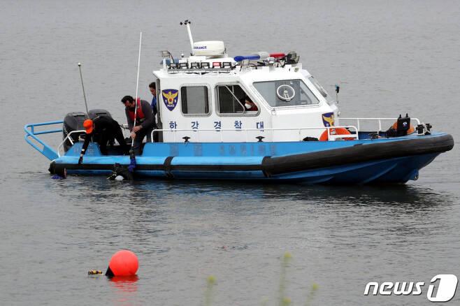반포한강에서 수중수색작업중인 경찰. 2021.4.30. /사진=뉴스1