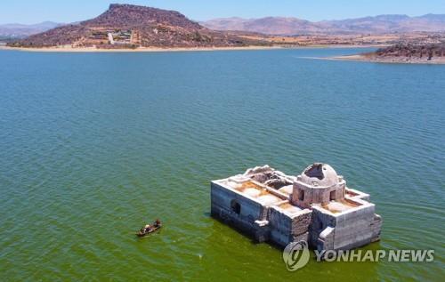 지난 2일 가뭄으로 낮아진 수면 위로 모습 드러낸 '비르헨 데 로스 돌로레스 성당' [EPA=연합뉴스]