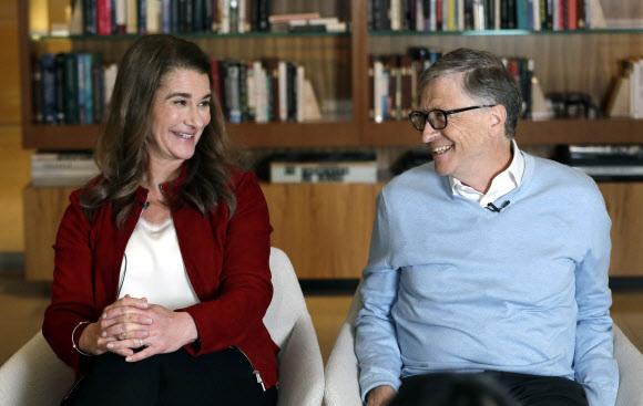 3일(이하 현지시간) 이혼을 발표한 빌 게이츠와 멀린다가 이미 재산을 어떻게 나눌지 계약하고 서명까지 마쳤다고 여러 언론들이 전하고 있다. 사진은 지난 2019년 2월 1일 워싱턴주 커클랜드에서 진행된 인터뷰 도중 웃는 모습.AP 자료사진 연합뉴스