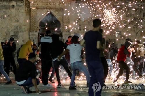 예루살렘 알아크사 모스크에서 시위에 나선 팔레스타인 주민 [로이터=연합뉴스]