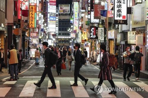 코로나19 빠르게 확산하는 일본 (도쿄 EPA=연합뉴스) 일본에서 신종 코로나바이러스 감염증(코로나19)이 빠르게 확산하는 가운데 7일 오후 도쿄도(東京都)의 유흥가인 가부키초(歌舞伎町)에서 행인들이 횡단보도를 건너고 있다.