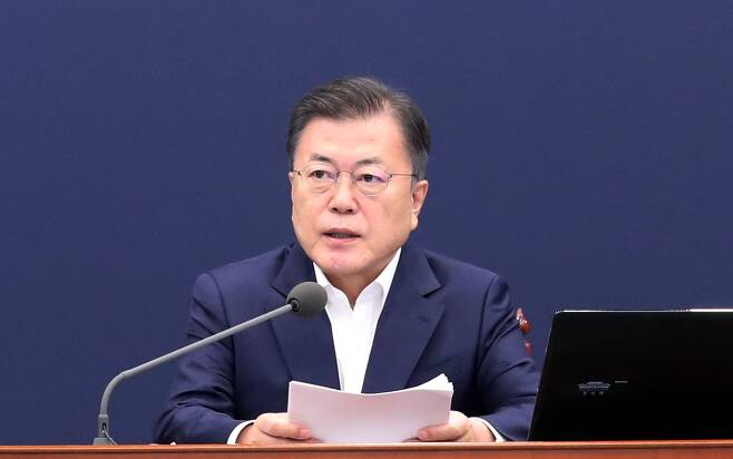 문재인 대통령이 3일 오후 청와대에서 열린 2차 특별 방역 점검회의에서 발언하고 있다./연합뉴스