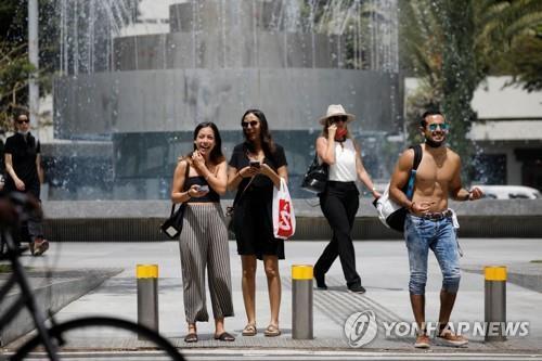 마스크 없이 외출한 이스라엘 텔아비브 주민들 [로이터=연합뉴스 자료사진]