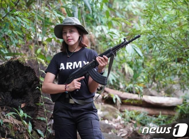 2013년 태국에서 열린 제1회 미스 미스아시아퍼시픽월드 슈퍼탤런트 대회에 미스 미얀마로 출전한 타테테(Htar Htet Htet)가 반군단체에 가세해 소총을 들고 있다.(트위터 갈무리)© 뉴스1