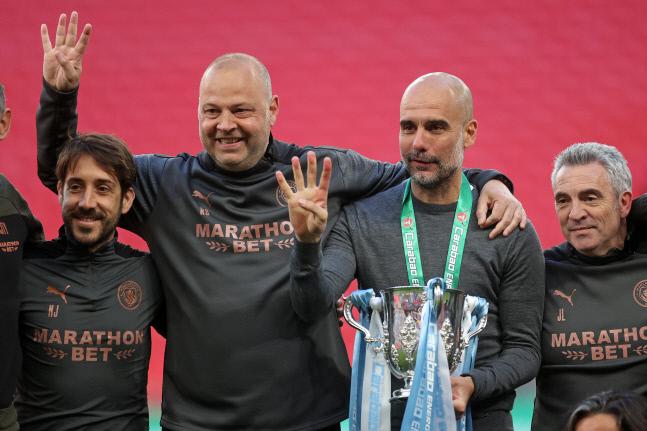 지난달 리그컵(카라바오컵) 우승 직후 트로피를 들고 웃는 펩 과르디올라(왼쪽 세 번째) 맨체스터 시티 감독. 런던   AFP연합뉴스