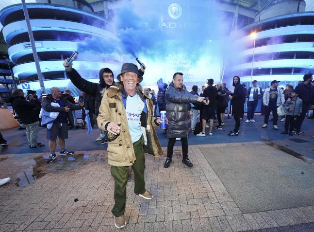 맨시티 우승 확정 직후 이티하드 스타디움 근처에서 축제를 즐기는 팬들. 맨체스터 | AP연합뉴스