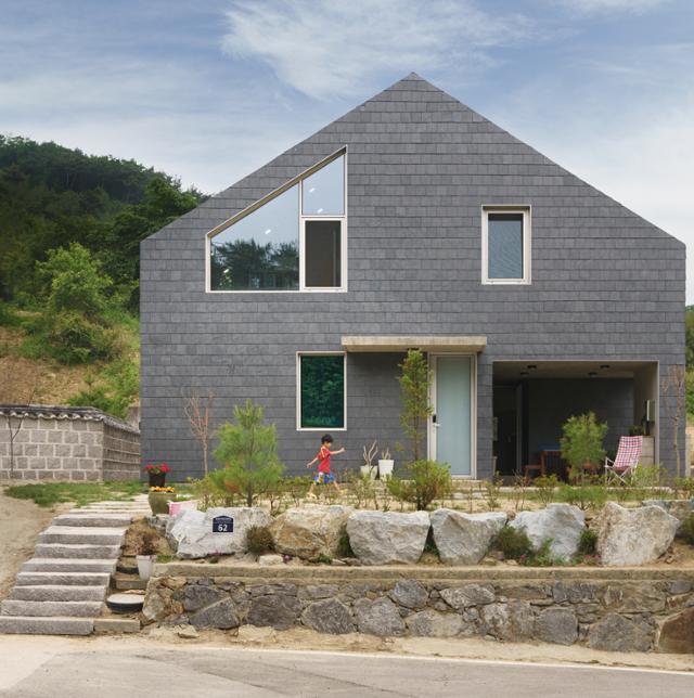 경기 양주시의 산골 마을에 들어선 다섯 식구의 집은 주변 자연과의 조화를 위해 가장 단순한 집의 형태를 지녔다. 아이도 '네모 집에 세모 지붕'의 집을 꿈꿨다. 이원석 건축사진작가