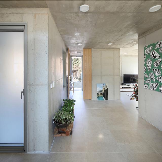 내부 벽과 천장 모두 노출 콘크리트로 마감했다. 벽지와 페인트 등 장식을 최소화하는 대신 빛과 그림, 식물, 나무 등을 활용해 집에 온기를 불어넣었다. 변종석 건축사진작가
