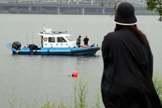 지난달 30일 실종된 대학생 손정민씨를 찾기 위해 경찰이 반포한강에서 수중수색 작업을 벌이고 있다. 뉴스1