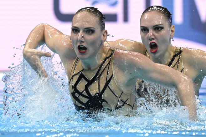 러시아의 Svetlana Romashina (앞쪽)와  Svetlana Kolesnichenko가 11일(현지시간) 열린 유럽 수영 선수권(헝가리 부다페스트) 아티스틱 스위밍 듀엣 프리 루틴 예선에서 연기를 펼치고 있다. AP|연합뉴스