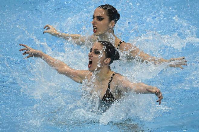 오스트리아의 Eirini Alexandri 와 Anna-Maria Alexandri가 11일(현지시간) 열린 유럽 수영 선수권(헝가리 부다페스트) 아티스틱 스위밍 듀엣 테크니칼 결선에서 연기를 펼치고 있다. AP|연합뉴스