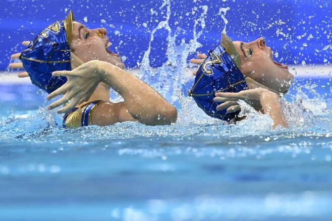 스페인의 Alisa Ozhogina와 Iris Tio가 10일(현지시간) 열린 유럽 수영 선수권(헝가리 부다페스트) 아티스틱 스위밍 듀엣 테크니컬 루틴 결선에서 연기를 펼치고 있다. AP|연합뉴스