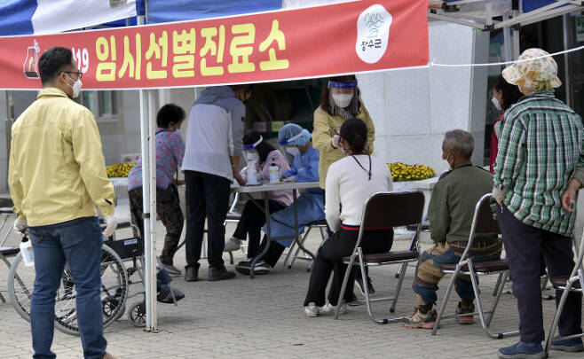 전북 장수군 군민들이 12일 계남문예복지회관 선별진료소에서 코로나19 검사를 받고 있다. 연합뉴스