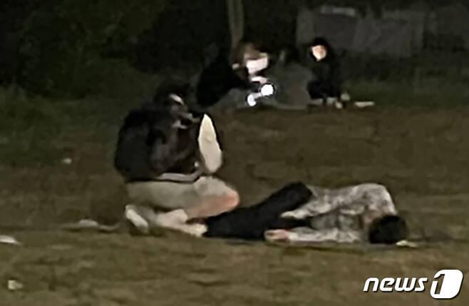한강공원에서 실종됐다가 숨진 채 발견된 고 손정민씨(22)와 친구 A씨를 사고 당일 현장에서 보았다는 목격자 2명이 추가로 나왔다. (손정민씨 부친 제공)2021.5.12/뉴스1