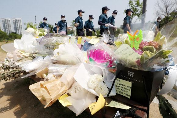 13일 오후 서울 서초구 반포한강공원 수상택시 승강장 인근에 故 손정민씨를 추모하는 꽃과 메모가 놓여있다. 뉴스1